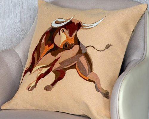 Чехол на подушку из гобелена «Красный Бык»
